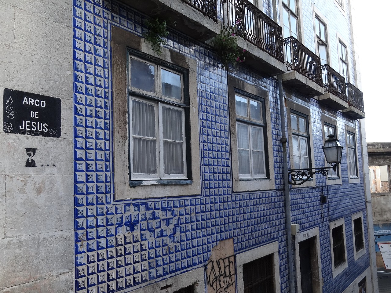 3D looking tiles on Arco de Jesus